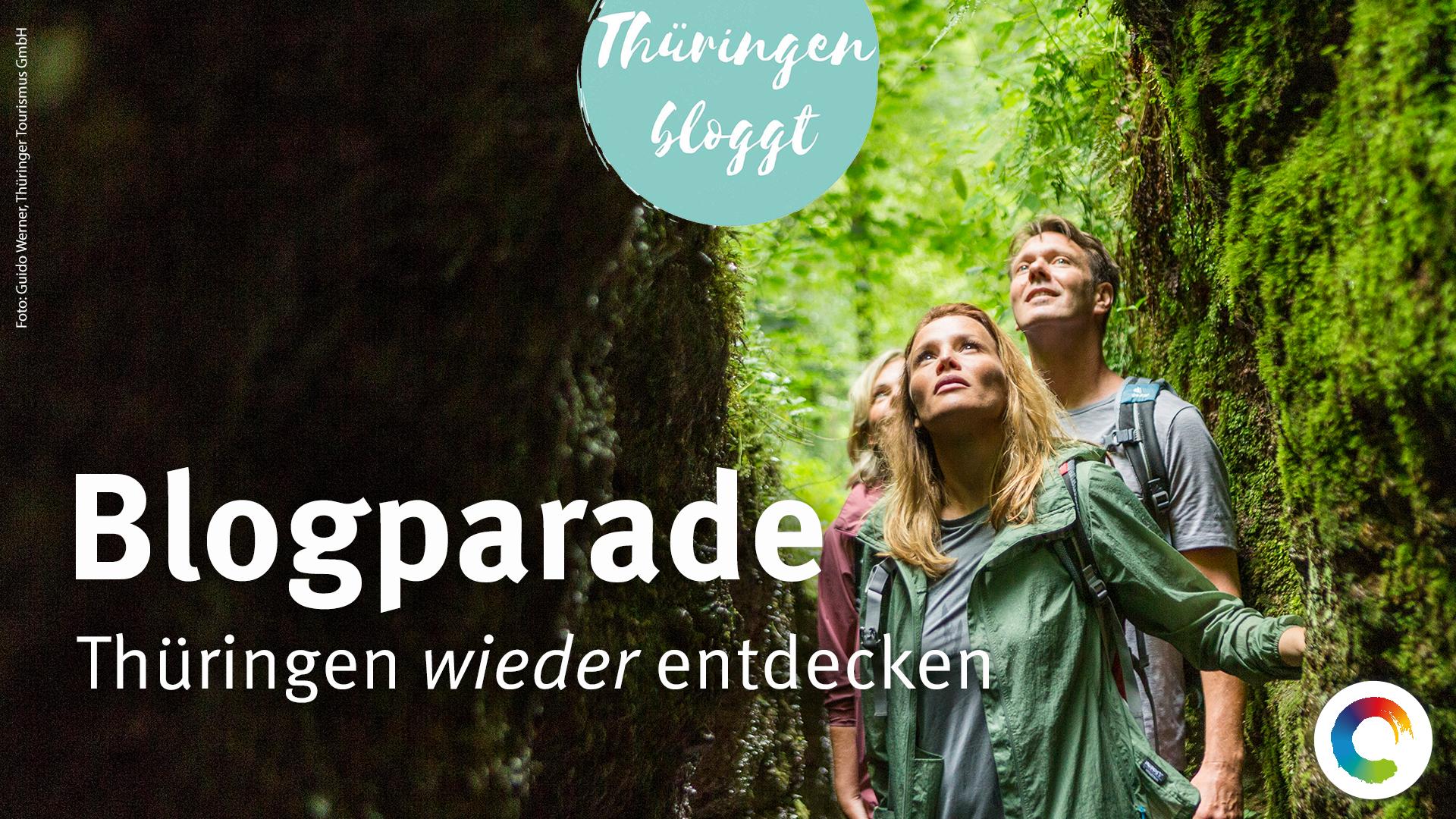 Junge Reisende blicken sich neugierig in der Eisenacher Drachenschlucht um.